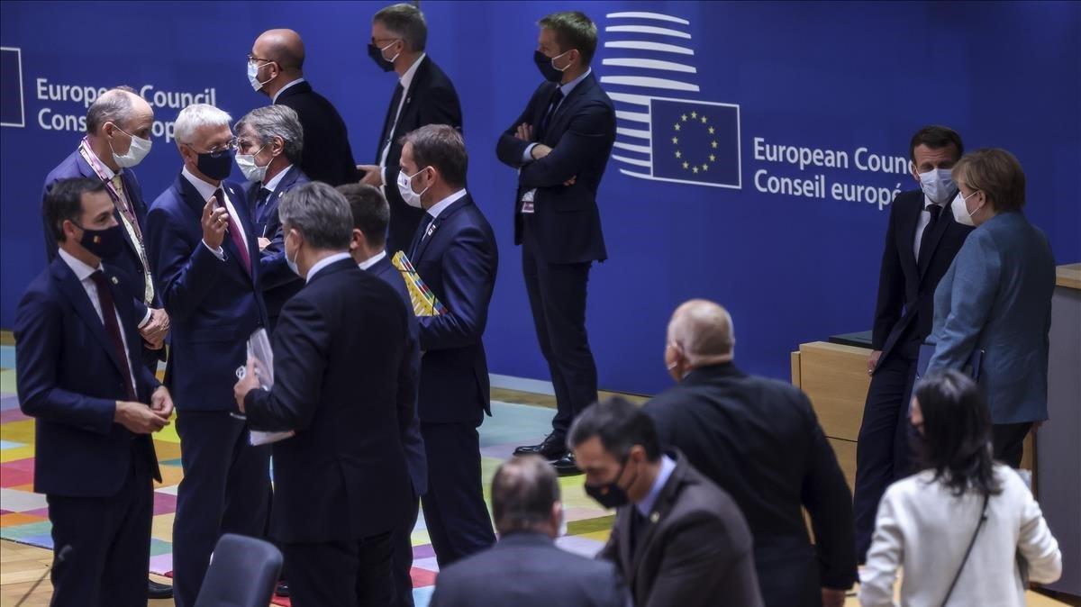 Los asistentes a la cumbre de jefes de Estado y de Gobierno de la UE departen durante un receso.