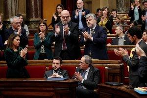 Los diputados de JxCatse levantan y aplauden a Torra mientras Pere Aragonès permanece a su lado sin aplaudir