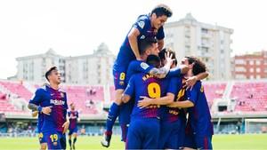 Los jugadores del Barça B celebran uno de los goles al Cádiz en el Mini.