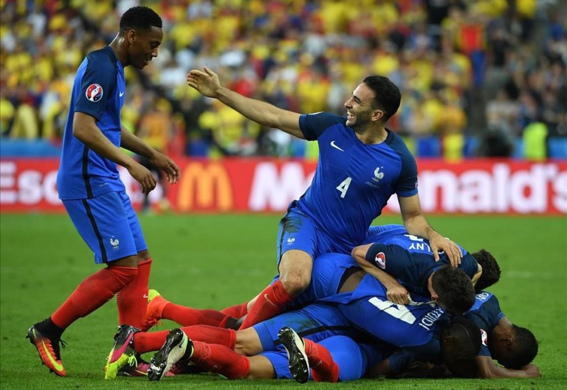 Los jugadores franceses celebran el gol de Dimitri Payet.