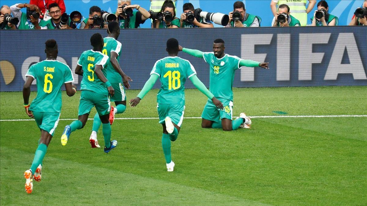 Los jugadores senegales celebran el segundo gol.