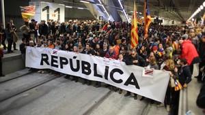 Los manifestantes cortan las vías del AVE en la estación de Girona, durante la huelga general del 8 de noviembre.