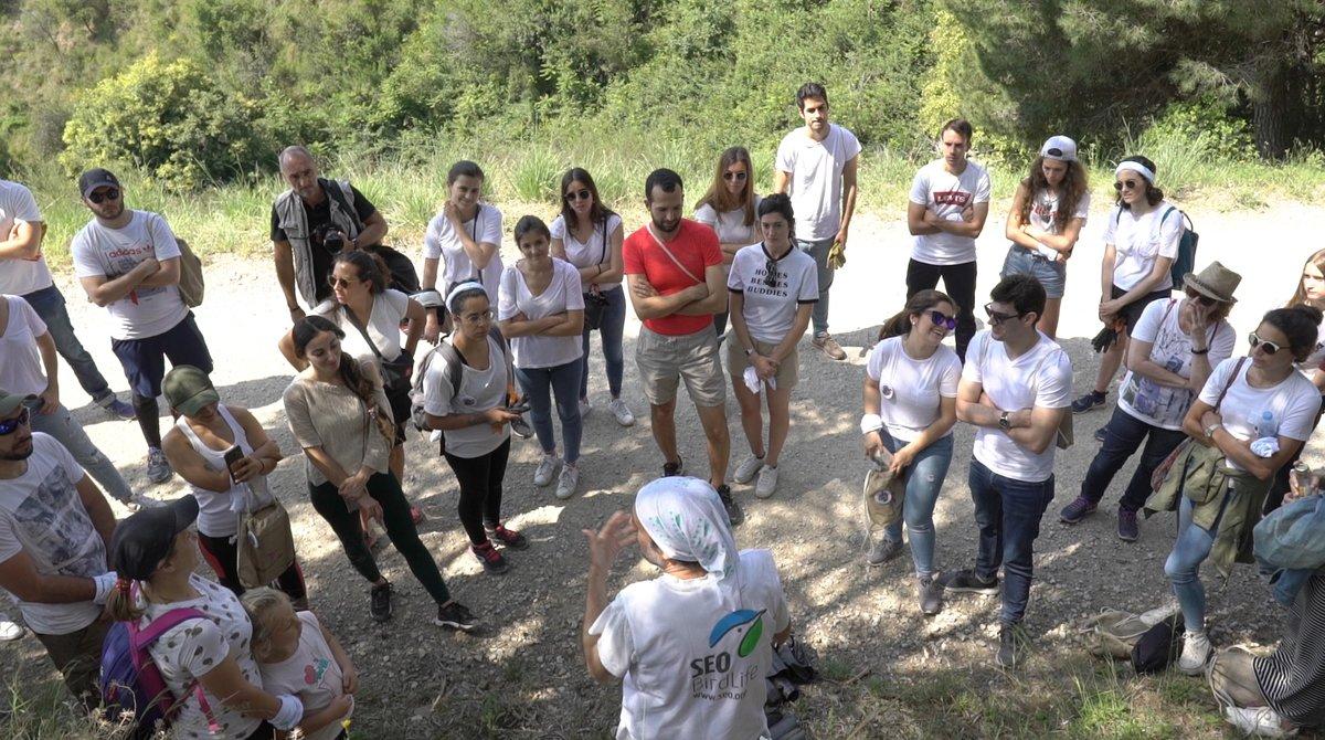 Los participantes en la recogida de residuos en Collserola justo antes de empezar la acción.