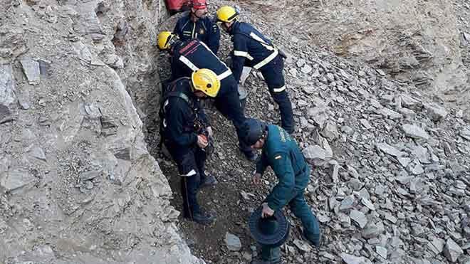 Los técnicos estiman que el rescate de Julen del pozo de Málaga se podría producir en unas 35 horas, tal y como explica el ingeniero Ángel García en el vídeo. En la foto, miembros de los equipos de ayuda,sobre el terreno.