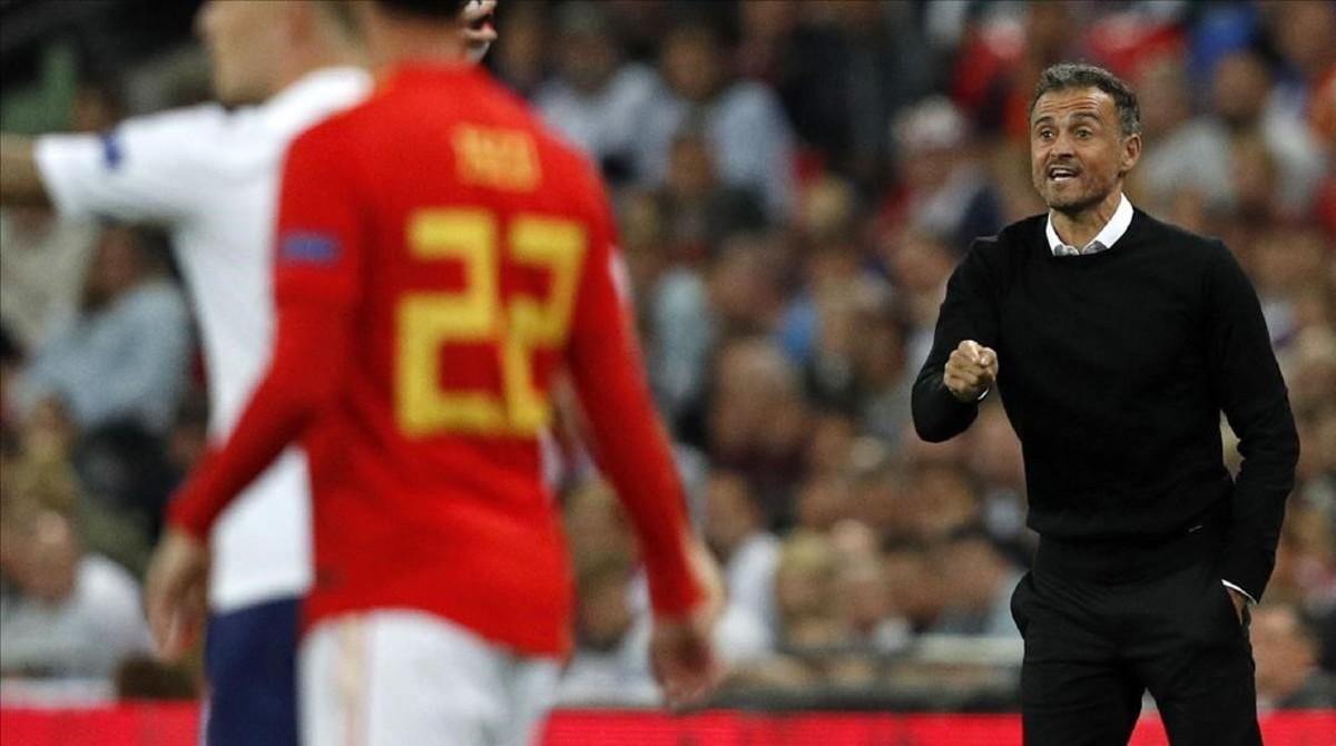 Luis Enrique da instrucciones en los primeros minutos de partido.