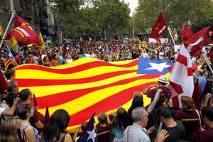 Miles de personas de partidos y colectivos independentistas han salido esta tarde a la calle para manifestarse el día de la Diada Nacional de Cataluña. EFE/Marta Pérez