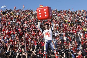 Marc Márquez celebra el título en Cheste.
