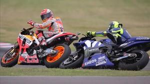 Marc Márquez (Honda) mira y se disculpa ante Rossi tras provocar la caída del italiano.