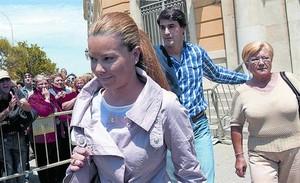 María José Campanario, Jesulín de Ubrique y la madre de esta, en la Audiencia Provincial de Cádiz, en mayo.