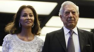 El escritor Mario Vargas Llosa y su pareja, Isabel Preysler, a su llegada este lunes a la cena con la que el escritor peruano y Premio Nobel de Literatura celebra su 80º cumpleaños en Madrid.
