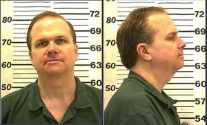 Mark David Chapman,en una imagen de ficha policial actual, y abajo, tras el asesinato de Lennon, en 1980.