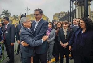 El primer ministro (izquierda) César Villanueva y el presidente de Perú, Martín Vizcarra, en un abrazo previo a la presentación del primer ministro ante el pleno del Congreso para pedir la confianza del Legislativo.