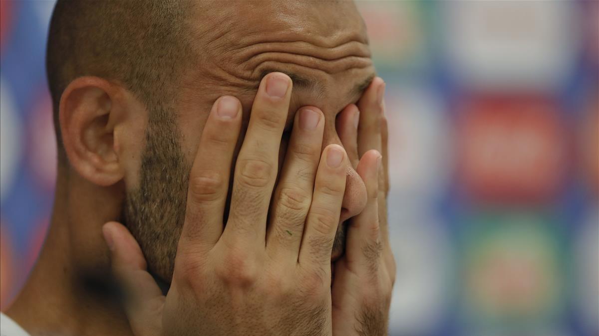 Mascherano se lamenta en la rueda de prensa que ofreció en la concentración de Argentina.