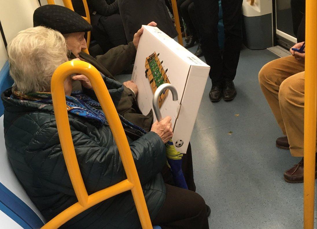 La foto de dos abuelos en el Metro de Madrid que emociona a las redes