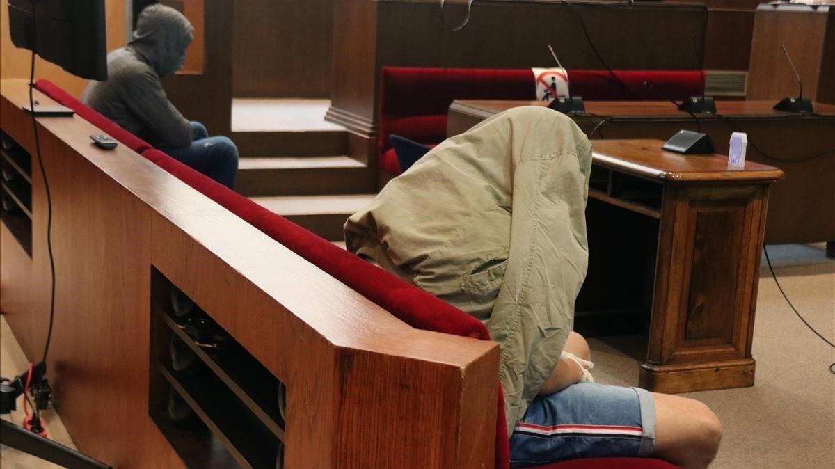Los dos acusados de espaldas en el juicio por la violación en grupo a una menor en Pineda de Mar