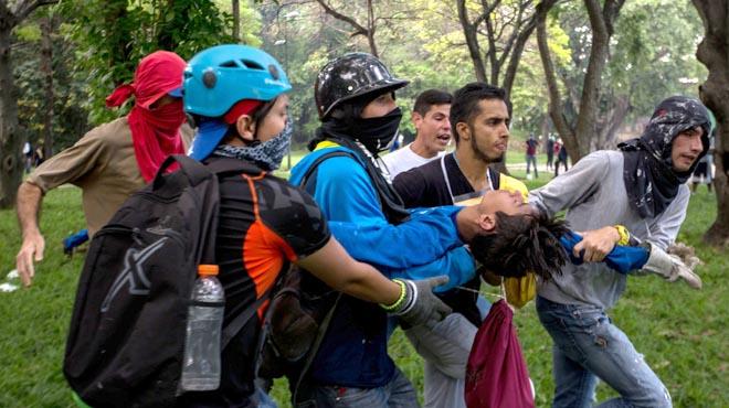 Los manifestantes toman las calles fuertemente reprimidos por policía y grupos chavistas.