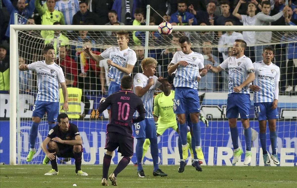 Messi lanza una falta durante el partido contra el Málaga.