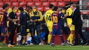 Messi saluda a Koeman tras el 4-0 al Villarreal.