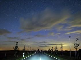 Un meteoro atraviesa el cielo durante una lluvia de estrellas en Lietzen, Alemania.