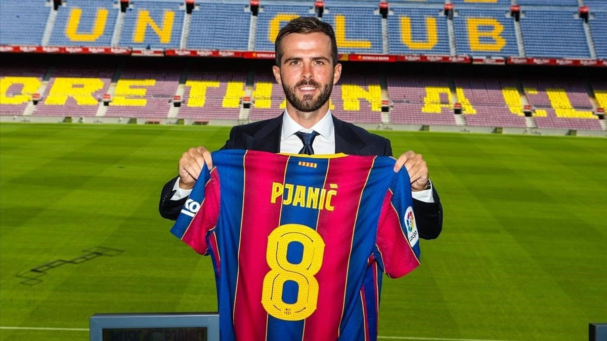 Miralem Pjanic posa con la camiseta del Barça en el palco del Camp Nou.