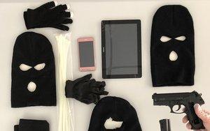 Las capuchas, armas y bridas usadas por los atracadores.