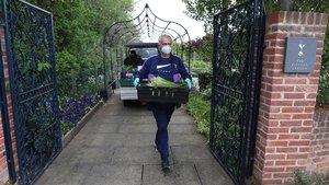 Mourinho llevando alimentos a familias necesitadas en Londres.