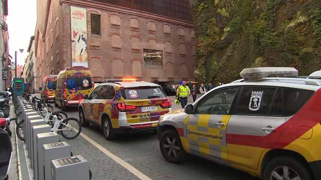 Muere una mujer en el CaixaForum de Madrid tras precipitarse por el hueco de la escalera.