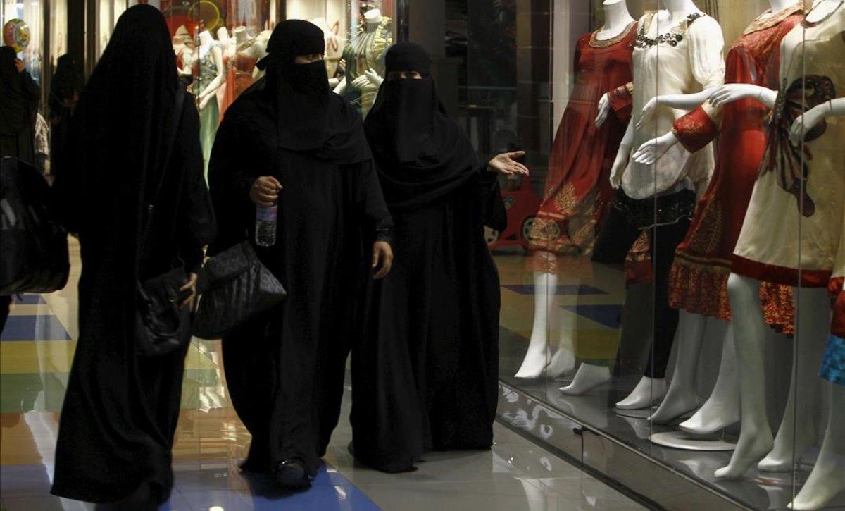Mujeres de compras en un centro comercial de Riad.