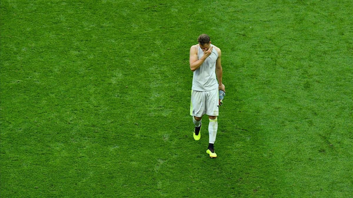 Neuer abandona abatido el césped del Kazán Arena tras la eliminación de Alemania.