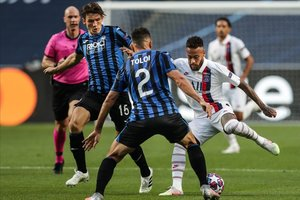 Neymar intenta controlar un balón en presencia de Toloi, en el partido del estadio Da Luz