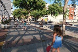 Niñas jugando en Sant Boi en el marco del programa de verano 'Esport a la plaça', el pasado julio