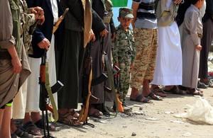 Un niño yemení participa en una marcha junto a varios rebeldes huties para reclutar más efectivos para defender el frente de Hodeida.