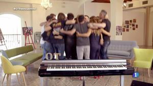 Imagen del programa de TVE-1 OT: el reencuentro, con todos los triunfitos fundidos en un abrazo.