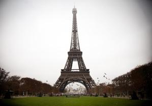 París ennuvolat, amb la torre Eiffel al fons.