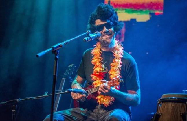 Pau Donés parodia a Elvis Presley en un concierto en Luz de Gas para recaudar fondos para la lucha contra el cáncer, en el 2015.