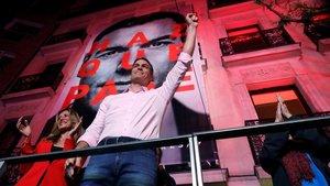Pedro Sánchez celebrando la victoria electoral ante sus militantes y seguidores.