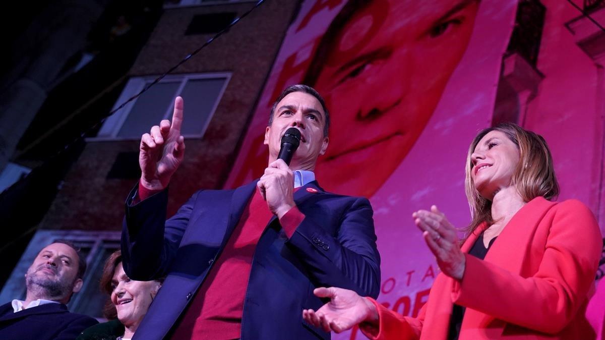 Pedro Sánchez, su su esposa, comparece tras el escrutinio.