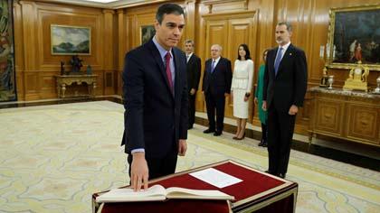 Pedro Sánchez promete el cargo ante el rey Felipe VI.