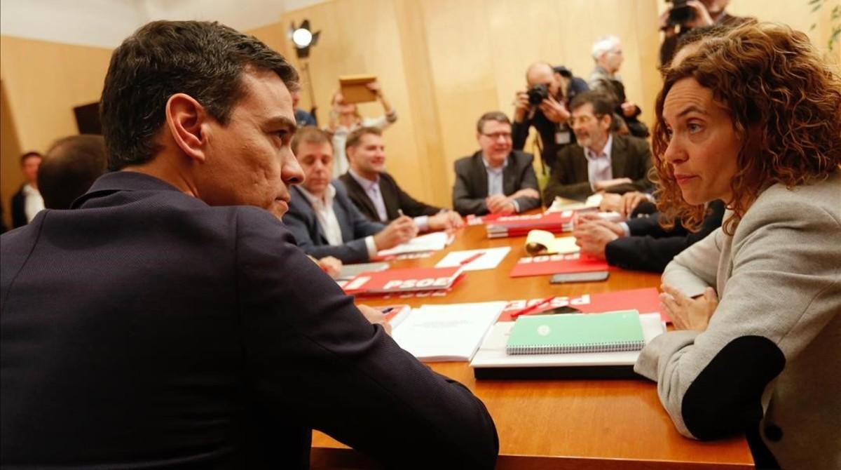 Pedro Sánchez, reunido con el equipo negociador del PSOE, este viernes en el Congreso.
