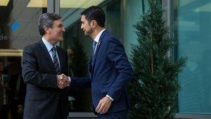 Pedro Saura y Damià Calvet se saludan al inicio de la comisiónm bilateral de infraestructuras que se ha celebrado en Barcelona.