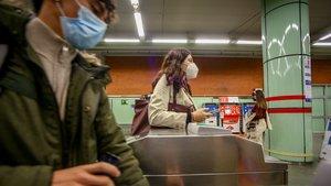 Personas entrando al Metro de Madrid.