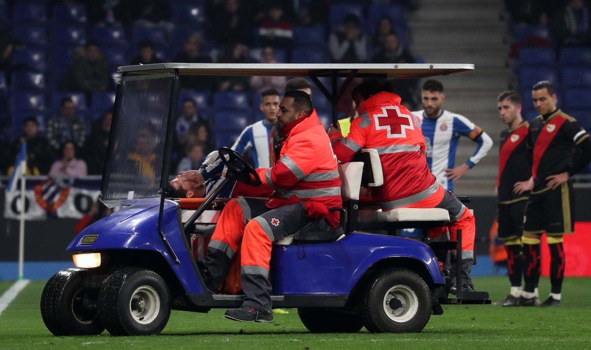 Piatti abandona el terreno de juego lesionado.