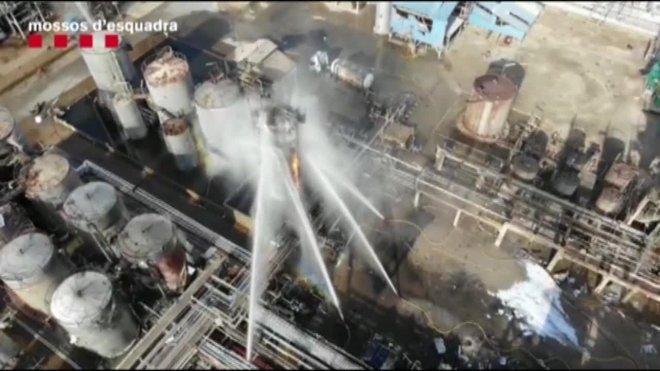 Imágenes cedidas por los Mossos d'Esquadra, gravadas con Drones,de la planta Iqoxe de Tarragona afectada por un incendio que ha causado la muerte de tres personas.