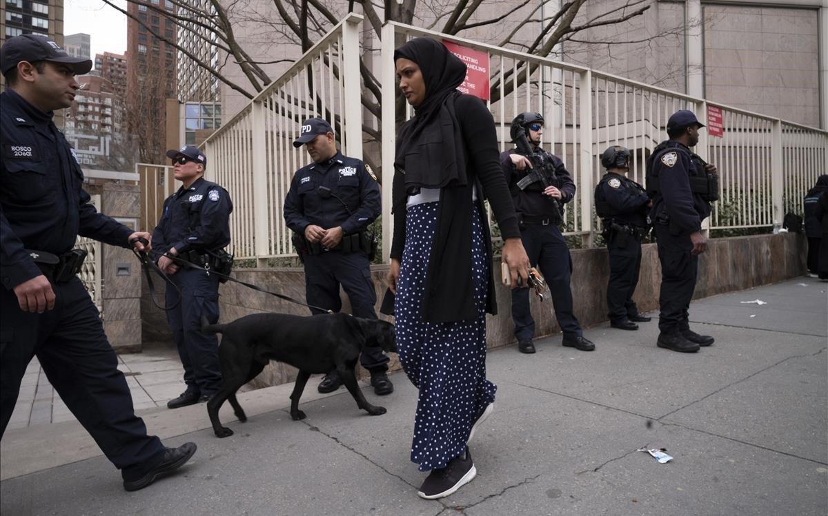 La policía vigila el Centro de Cultura Islámica de Nueva York.