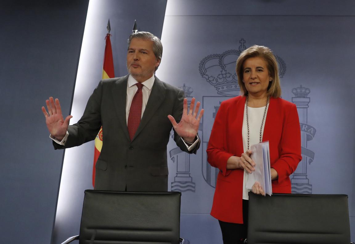 El portavoz del Gobierno y ministro de Cultura, Íñigo Méndez de Vigo, y la ministra de Empleo, Fátima Bañez.