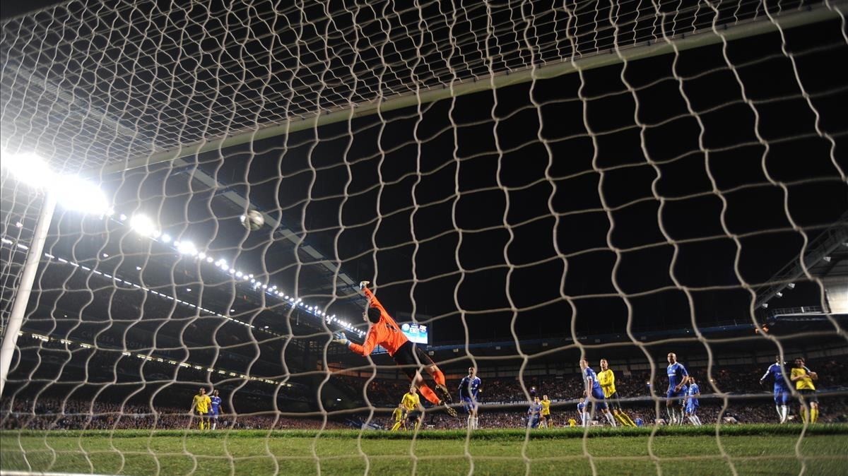 EL portero del Chelsea, Cech, no puede evitar el gol de Iniesta en Stamford Bridge en 2009.