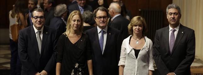 El president Artur Mas, flanqueado por los nuevos consellers Jordi Jané, Neus Munté, Meritxell Borràs y Jordi Ciuraneta, este lunes, durante la toma de posesión.