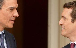 El presidente del Gobierno, Pedro Sánchez, junto al líder del PP, Pablo Casado, en Moncloa