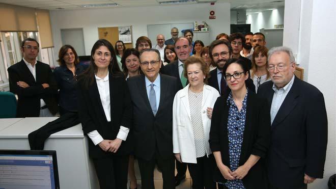 El presidente de Prensa Ibérica, Javier Moll,y la vicepresidenta, Arantza Sarasola, durante su visita a ladelegación de El PERIÓDICO en Madrid.