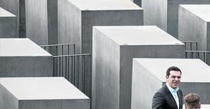 El primer ministro griego, Alexis Tsipras, visita el memorial a las víctimas del Holocausto en Berlín.